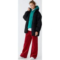 Pikowany płaszcz z rękawem raglanowym. Czarne płaszcze damskie marki Pull&Bear. Za 299,00 zł.
