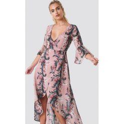 Glamorous Kopertowa sukienka maxi z nadrukiem - Pink,Multicolor. Różowe długie sukienki Glamorous, z nadrukiem, z poliesteru, z asymetrycznym kołnierzem, asymetryczne. Za 202,95 zł.