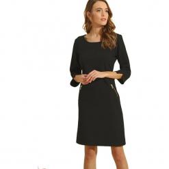 Sukienka w kolorze czarnym. Czarne sukienki marki Almatrichi, s, z okrągłym kołnierzem, midi, proste. W wyprzedaży za 169,95 zł.
