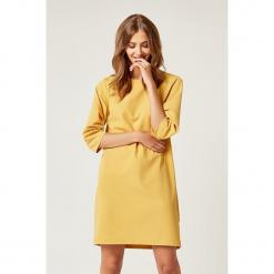 Sukienka w kolorze żółtym. Żółte sukienki mini marki SCUI, s, z okrągłym kołnierzem. W wyprzedaży za 149,95 zł.