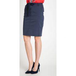 Granatowa spódnica z wiązanym paskiem QUIOSQUE. Niebieskie spódniczki dzianinowe marki QUIOSQUE, na lato, l, w paski. W wyprzedaży za 69,99 zł.
