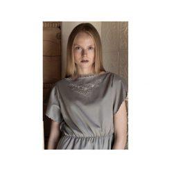 Sukienka haftowana. Szare sukienki z falbanami marki MROVCA, w kolorowe wzory, z bawełny. Za 249,00 zł.