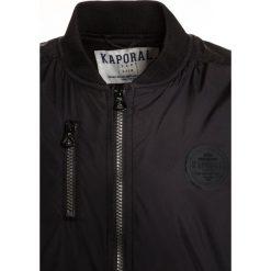Kaporal RENO Kurtka Bomber black. Czarne kurtki męskie bomber Kaporal, z materiału. W wyprzedaży za 242,10 zł.