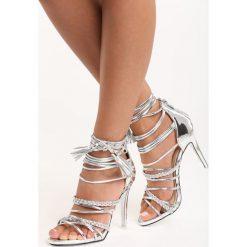Srebrne Sandały Liquid Sunshine. Szare sandały damskie z frędzlami marki Born2be, w paski, na wysokim obcasie, na platformie. Za 44,99 zł.