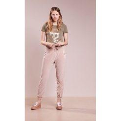 True Religion Spodnie treningowe silver grey. Brązowe spodnie dresowe damskie True Religion, xs, z bawełny. W wyprzedaży za 384,30 zł.