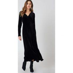 Rut&Circle Aksamitna sukienka-płaszcz - Black. Czarne sukienki z falbanami Rut&Circle, z kopertowym dekoltem, maxi, kopertowe. W wyprzedaży za 110,37 zł.