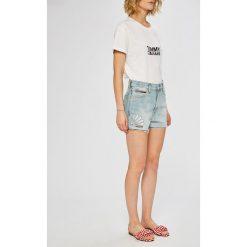 Tommy Jeans - Szorty. Szare szorty jeansowe damskie marki Tommy Jeans, casualowe, z podwyższonym stanem. W wyprzedaży za 319,90 zł.