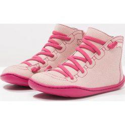 Camper PEU CAMI Botki sznurowane pastel pink. Czerwone buty zimowe damskie Camper, z materiału, na sznurówki. W wyprzedaży za 215,40 zł.