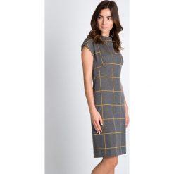 Szara sukienka w żółtą kratkę QUIOSQUE. Szare sukienki dzianinowe QUIOSQUE, do pracy, w kratkę, biznesowe, ze stójką, z krótkim rękawem, mini, proste. W wyprzedaży za 139,99 zł.