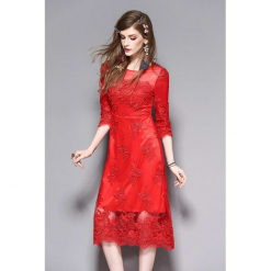 Sukienka w kolorze czerwonym. Czerwone sukienki koronkowe marki Zeraco, w koronkowe wzory, z dekoltem na plecach, midi. W wyprzedaży za 299,95 zł.