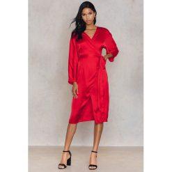Długie sukienki: Hannalicious x NA-KD Kimonowa sukienka - Red