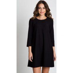 Czarna krótka sukienka z rękawem 3/4 BIALCON. Czarne sukienki balowe marki BIALCON, na imprezę, na lato, uniwersalny, w grochy, z tkaniny, z kopertowym dekoltem, z krótkim rękawem, mini, kopertowe. W wyprzedaży za 230,00 zł.