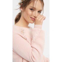 Prążkowany sweter z koronką. Szare swetry klasyczne damskie marki Orsay, xs, z dzianiny, z okrągłym kołnierzem. Za 99,99 zł.