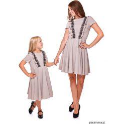 LATORI - Sukienka z kolekcji Mama i córka Ld13. Szare sukienki dziewczęce z falbanami Pakamera, w koronkowe wzory, z koronki, z krótkim rękawem, krótkie. Za 69,00 zł.
