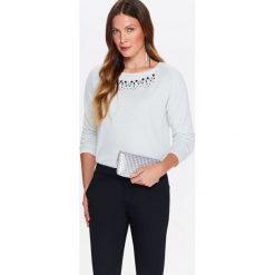 Bluzy damskie: DAMSKA BLUZA DZIANINOWA Z POŁYSKIEM ORAZ BIŻUTERYJNĄ APLIKACJĄ