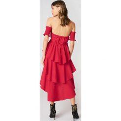Sukienki hiszpanki: Andrea Hedenstedt x NA-KD Sukienka z odkrytymi ramionami – Red