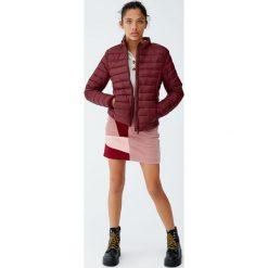 Pikowana kurtka basic. Czerwone kurtki damskie pikowane marki Pull&Bear. Za 79,90 zł.