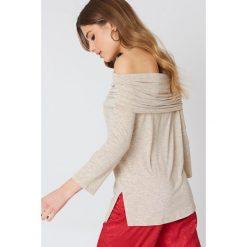NA-KD Sweter z lekkiej dzianiny z odkrytymi ramionami - Beige. Brązowe swetry klasyczne damskie NA-KD, z dzianiny. Za 52,95 zł.