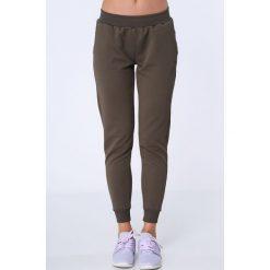 Spodnie dresowe z fakturą khaki MR16414. Brązowe spodnie dresowe damskie Fasardi, l, z dresówki. Za 79,00 zł.