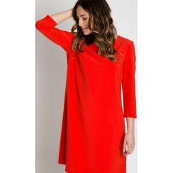 Czerwona sukienka z wydłużonym tyłem BIALCON. Czerwone sukienki koktajlowe marki BIALCON, na imprezę. W wyprzedaży za 178,00 zł.
