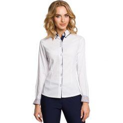 BRYNN Gładka taliowana koszula z długimi rękawami i podwójnym kołnierzykiem - biała. Białe koszule wiązane damskie Moe, z elastanu, z kontrastowym kołnierzykiem, z długim rękawem. Za 129,99 zł.
