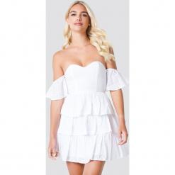 Linn Ahlborg x NA-KD Sukienka z odkrytymi ramionami - White. Niebieskie sukienki na komunię marki Reserved, z odkrytymi ramionami. Za 161,95 zł.