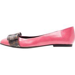 Paco Gil PARKER Baleriny pink/black hugo. Czerwone baleriny damskie lakierowane Paco Gil, z materiału. Za 669,00 zł.