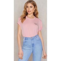 T-shirty damskie: Statement By NA-KD Influencers T-shirt Andrea Hedenstedt – Pink