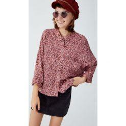 Koszula z wiskozy w kwiaty. Czerwone koszule damskie Pull&Bear, w kwiaty, z wiskozy, z długim rękawem. Za 69,90 zł.