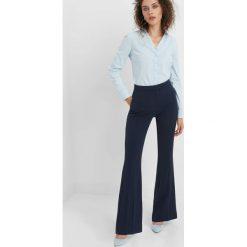 Taliowana koszula. Niebieskie koszule wiązane damskie Orsay, z bawełny, klasyczne, z klasycznym kołnierzykiem. Za 59,99 zł.