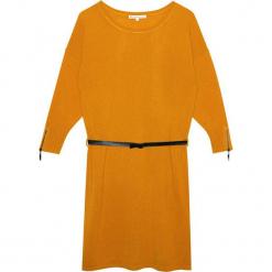 Sukienka kaszmirowa w kolorze musztardowym. Żółte sukienki na komunię Ateliers de la Maille, na imprezę, w paski, z kaszmiru, z okrągłym kołnierzem, midi. W wyprzedaży za 591,95 zł.