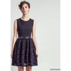 Sukienki balowe: Sukienka mała czarna z ażurowym dołem