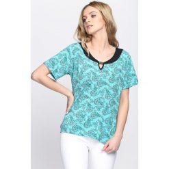 Jasnoniebieski T-shirt Mould. Niebieskie bluzki damskie Born2be, l. Za 14,99 zł.