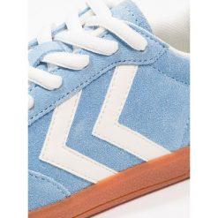 Hummel VICTORY Tenisówki i Trampki heritage blue. Niebieskie trampki chłopięce marki Hummel, z materiału. Za 269,00 zł.
