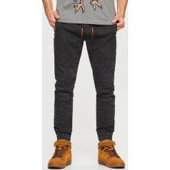 Jeansy SLIM JOGGER - Czarny. Czarne jeansy męskie regular Cropp. Za 139,99 zł.