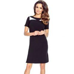 NADIA - klasyczna prosta sukienka z rozporkami na bokach czarny. Czarne sukienki balowe Bergamo, do pracy, z klasycznym kołnierzykiem, z krótkim rękawem, midi. Za 139,99 zł.