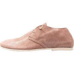 Donna Carolina Sznurowane obuwie sportowe polvere nude. Różowe buty sportowe damskie Donna Carolina, z materiału. Za 629,00 zł.