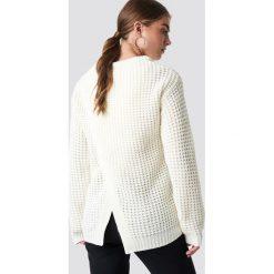 Rut&Circle Sweter Samira Otwórz Wróć Knit - White,Offwhite. Białe swetry klasyczne damskie Rut&Circle, z dzianiny, z okrągłym kołnierzem. Za 121,95 zł.