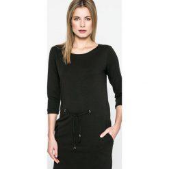 Answear - Sukienka Sporty Fusion. Czarne sukienki dzianinowe marki ANSWEAR, na co dzień, m, casualowe, z okrągłym kołnierzem, mini, proste. W wyprzedaży za 99,90 zł.