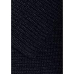 CLOSED SCARF Szal navy. Niebieskie szaliki damskie CLOSED, z materiału. W wyprzedaży za 503,20 zł.