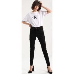 Calvin Klein Jeans HIGH RISE SKINNY Jeans Skinny Fit raw black. Czarne jeansy damskie marki Calvin Klein Jeans, z bawełny. W wyprzedaży za 356,85 zł.