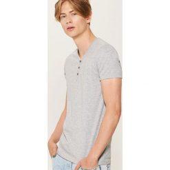 Gładki t-shirt z guzikami - Szary. Czarne t-shirty męskie marki House, l, z nadrukiem. Za 35,99 zł.