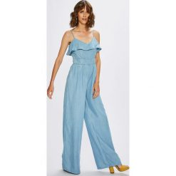 Guess Jeans - Kombinezon Sapphira. Szare kombinezony damskie Guess Jeans, m, z aplikacjami, z jeansu, z okrągłym kołnierzem, na ramiączkach. W wyprzedaży za 429,90 zł.