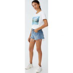 Jeansowe spodenki ze średnim stanem. Szare bermudy damskie Pull&Bear, z denimu. Za 69,90 zł.