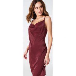 Sukienki hiszpanki: Hannalicious x NA-KD Sukienka z lejącym dekoltem - Red
