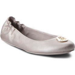 Baleriny TOMMY HILFIGER - Pearlized Leather Ballerina FW0FW03412 Moonbeam 009. Szare baleriny damskie lakierowane TOMMY HILFIGER, z materiału, na płaskiej podeszwie. W wyprzedaży za 319,00 zł.