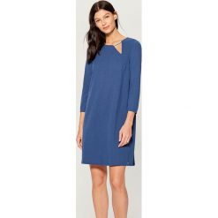 Sukienka z biżuteryjnym detalem - Niebieski. Niebieskie sukienki z falbanami marki Mohito, l. Za 99,99 zł.