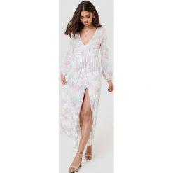 FAYT Sukienka Roman - White. Białe sukienki z falbanami marki FAYT, dekolt w kształcie v. W wyprzedaży za 132,57 zł.