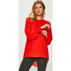 Only - Bluzka Mist. Czerwone bluzki asymetryczne ONLY, z poliesteru, casualowe, z okrągłym kołnierzem. W wyprzedaży za 139,90 zł.