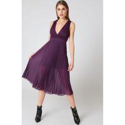 NA-KD Party Sukienka plisowana z głębokim dekoltem - Purple. Brązowe sukienki koronkowe marki Mohito, l, z kopertowym dekoltem, kopertowe. W wyprzedaży za 60,89 zł.